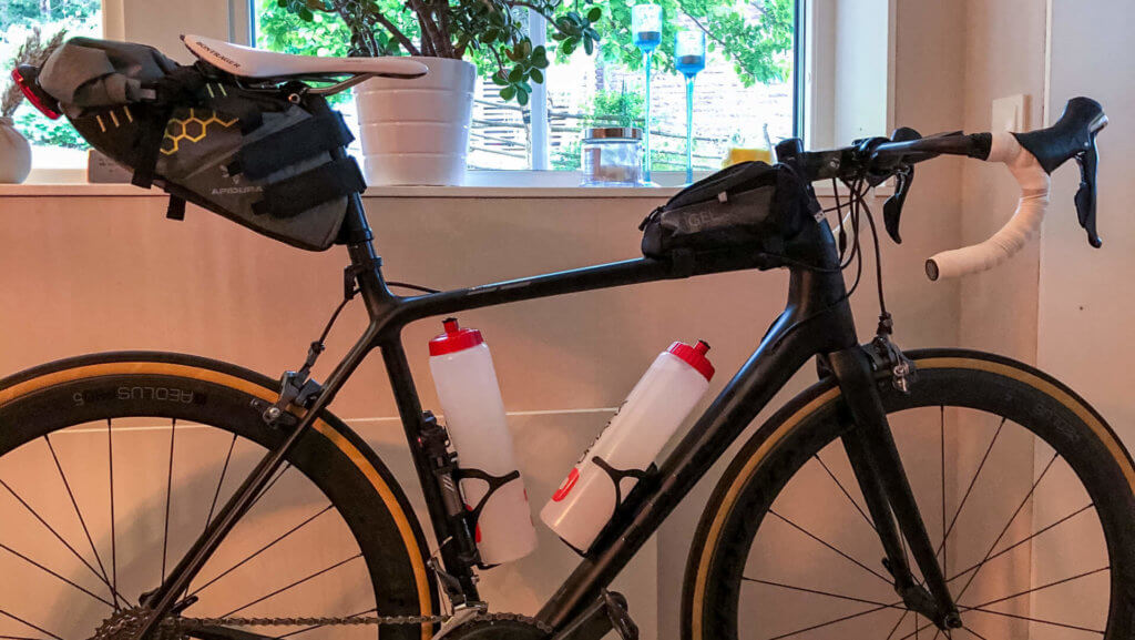 Cykel som är färdigpackad för långrunda