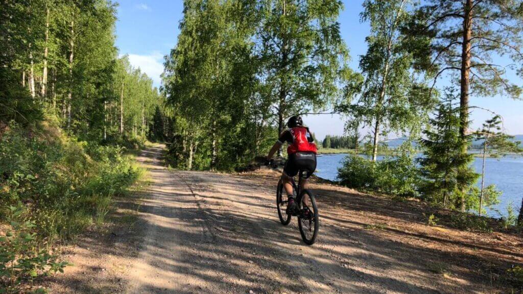 Cecilia cyklar bredvid en sjö
