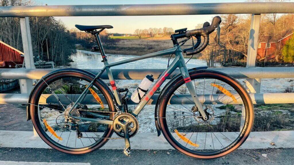 Cykel vid ett litet vattenfall